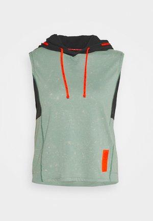 RUN ANYWHERE HOODIE - T-shirts med print - green