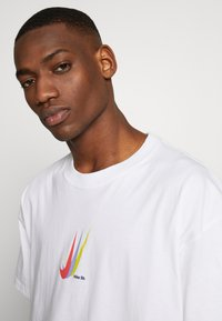 Nike SB - NIKE SB SKATEBOARD-T-SHIRT FUR HERREN - Print T-shirt - white - 3