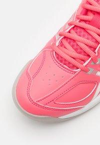 ASICS - COURT SLIDE - Scarpe da tennis per tutte le superfici - pink cameo/white - 5