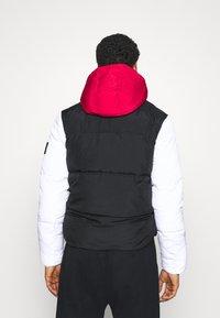 Calvin Klein Jeans - COLOURBLOCK PUFFER - Winter jacket - black/ white / red - 2