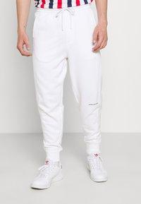 Calvin Klein Jeans - MICRO BRANDING PANT - Teplákové kalhoty - white - 0