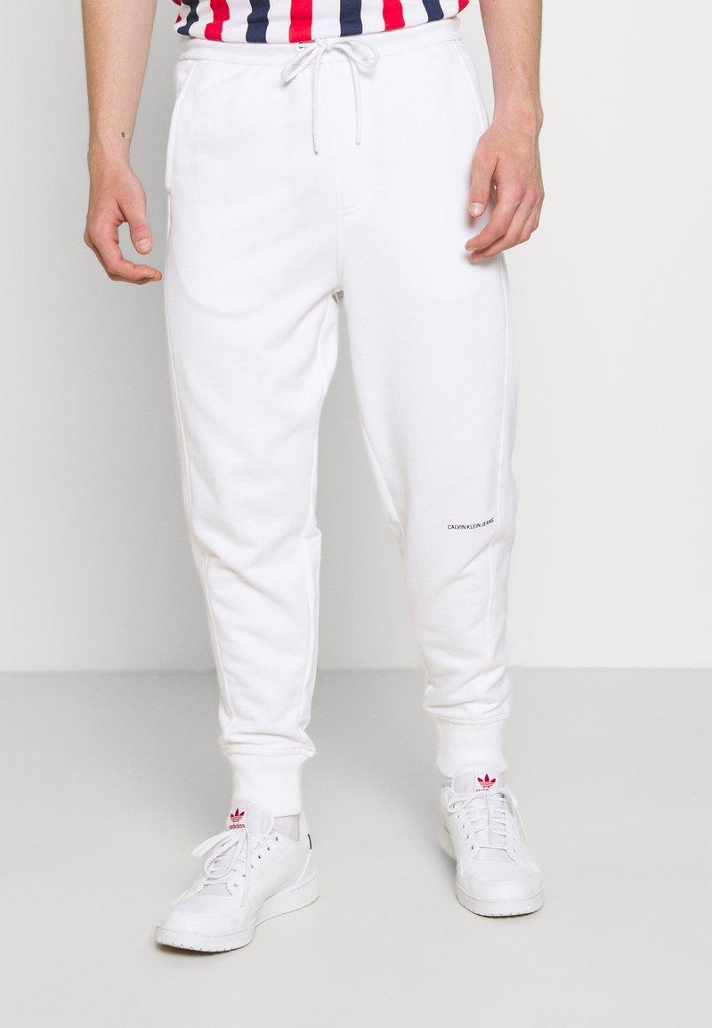 Calvin Klein Jeans - MICRO BRANDING PANT - Teplákové kalhoty - white