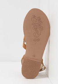 Steve Madden - FUEGO - Sandály s odděleným palcem - cognac - 4