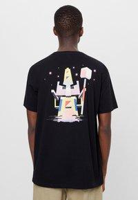 Bershka - T-shirt imprimé - black - 2