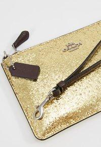 Coach - BOX PROGRAM GLITTER SMALL WRISTLET - Pochette - gold - 7