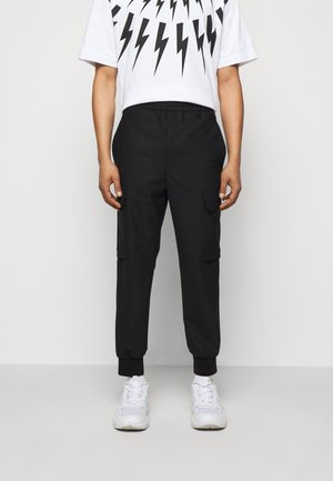TRAVEL CARROT LOW RISE TROUSERS - Cargo trousers - black