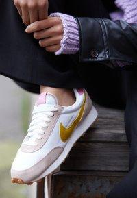 Nike Sportswear - DAYBREAK - Joggesko - fossil stone/saffron quartz/summit white/magic flamingo/medium brown - 4
