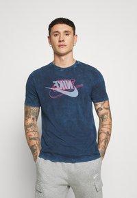 Nike Sportswear - RETRO TEE - Print T-shirt - midnight navy/bright crimson - 0