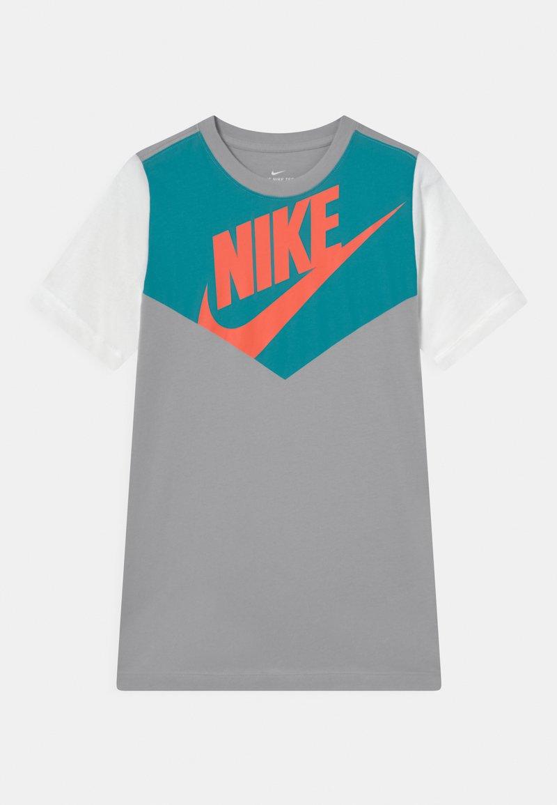 Nike Sportswear - TEE AMPLIFY  - Camiseta estampada - wolf grey/white