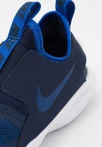 Nike Performance - FLEX RUNNER UNISEX - Neutrální běžecké boty - game royal/midnight navy/white - 5