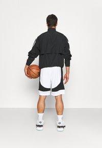 adidas Performance - PREMIUM BASKETBALL TEAM SHORTS - Pantaloncini sportivi - white - 2