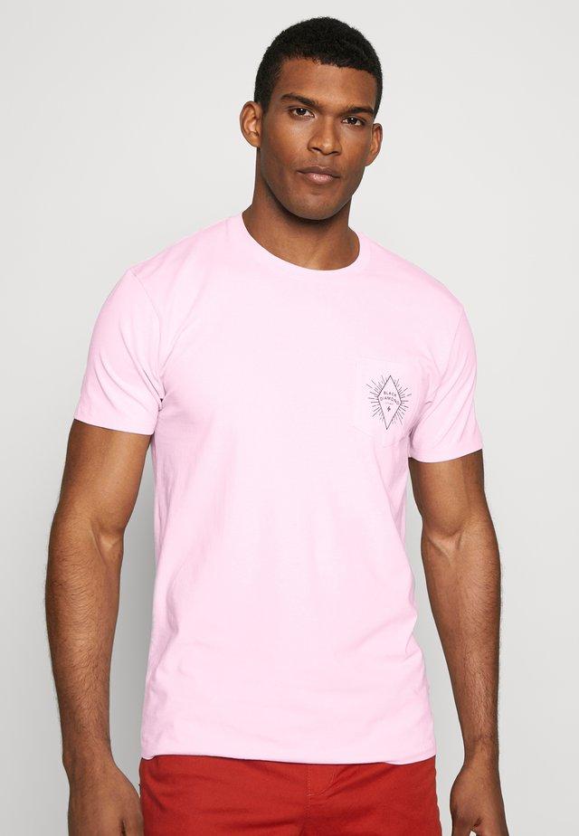 RAYS POCKET TEE - T-shirt z nadrukiem - himalayan salt