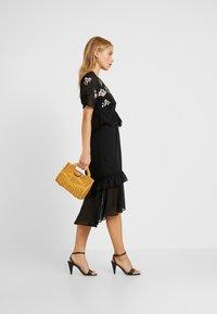 Hope & Ivy Petite - PEPLUM WAIST MIDI DRESS WITH  - Cocktail dress / Party dress - black - 2
