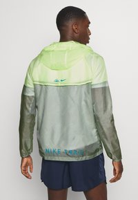 Nike Performance - TRAIL - Windbreaker - particle grey/barely volt/laser blue - 2