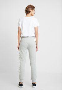 Calvin Klein Jeans - LOGO - Jogginghose - light grey/bright white - 2