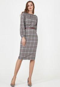 Madam-T - Shift dress - grau/ weinrot - 4