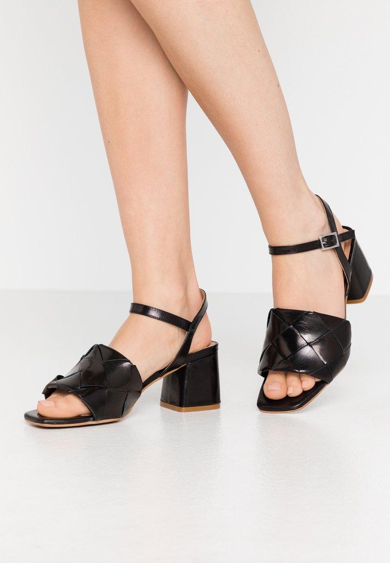 L'INTERVALLE - SLOANE - Sandaalit nilkkaremmillä - black