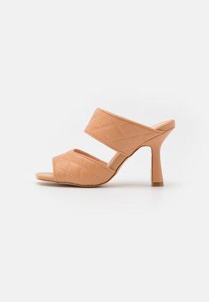 Pantofle na podpatku - soft nude