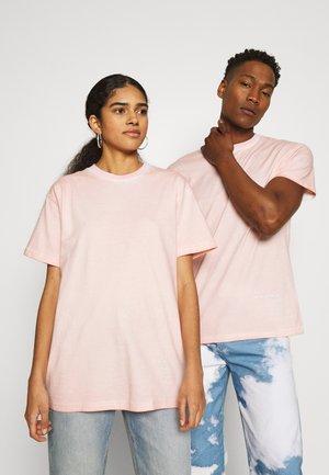 ON THE RUN PIGMENT DYE REGULAR UNISEX - Print T-shirt - pink