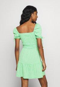 Topshop - GINGHAM SHIRRED TEA DRESS - Robe d'été - green - 2