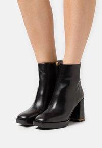 Tory Burch - RUBY BOOTIE - Kotníkové boty na platformě - perfect black - 0
