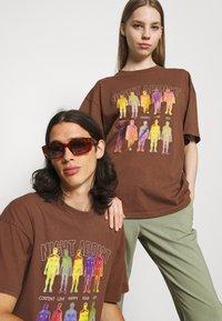 Night Addict - INFRA UNISEX - T-shirt z nadrukiem - brown/black acid wash - 3