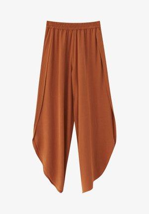 MIT SCHLITZEN - Trousers - brown