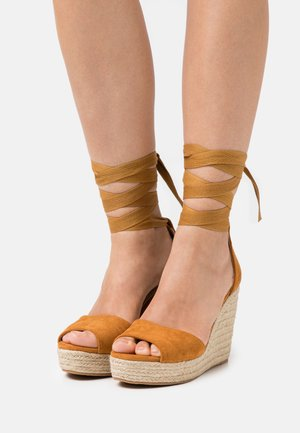Platform sandals - tan