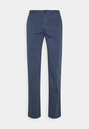 DENTON - Pantalones chinos - faded indigo