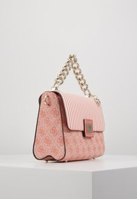 Guess - CANDACE TOP HANDLE FLAP - Bolso de mano - coral - 3