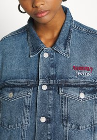 Tommy Jeans - TRUCKER  - Denim jacket - mid blue rigid - 4