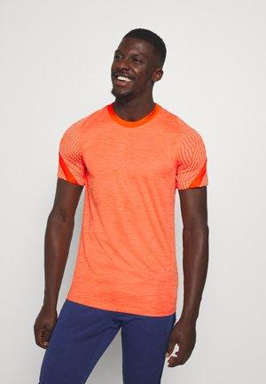 DRY STRIKE - Print T-shirt - melon tint/total orange