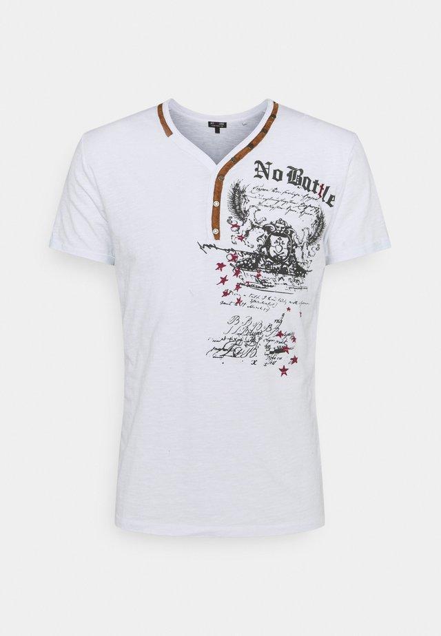 BATTLE BUTTON - Print T-shirt - white