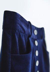 Massimo Dutti - MIT KNÖPFEN  - Trousers - dark blue - 6