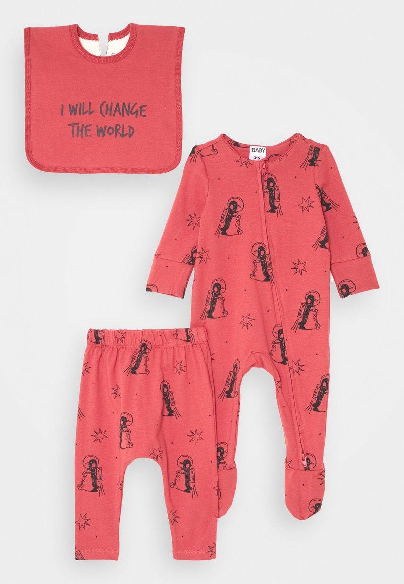 Cotton On - BABY BUNDLE GIFT BAG SET - Regalo per nascita - red brick