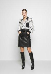KARL LAGERFELD - ORCHID PRINT BLOUSE - Camisa - black - 1