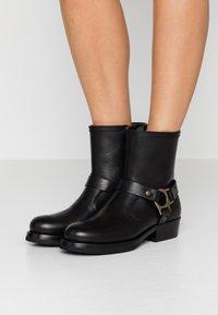 Belstaff - HARD RIDER BOOT PEBBLED  - Cowboy/biker ankle boot - black - 0