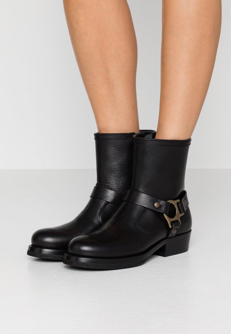 Belstaff - HARD RIDER BOOT PEBBLED  - Cowboy/biker ankle boot - black
