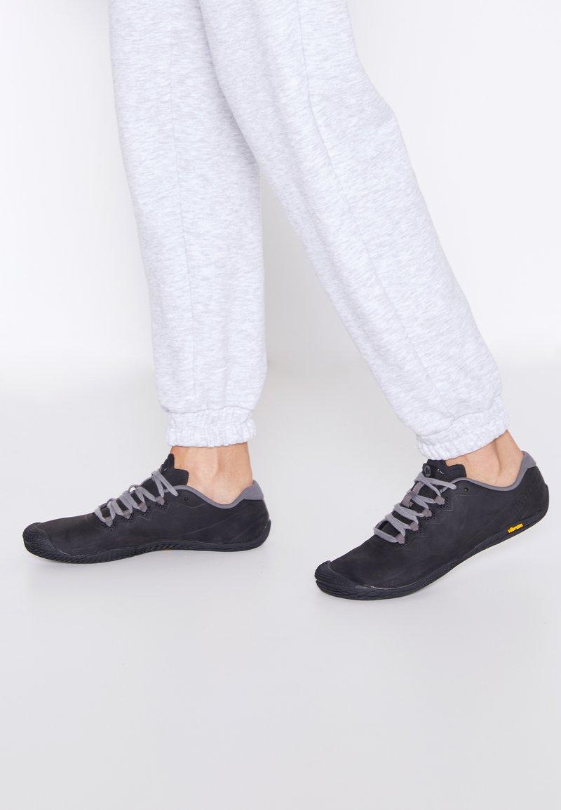 Merrell - VAPOR GLOVE 3 LUNA - Minimalistické běžecké boty - black/charcoal