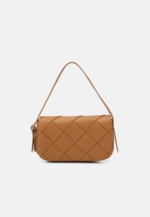 HARPER - Handbag - camel grainy