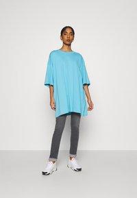 Weekday - HUGE - Basic T-shirt - blue - 1