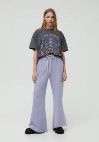 PULL&BEAR - MIT YOGA-SKELETT - Print T-shirt - grey - 1