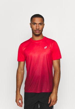 KASANE  - Print T-shirt - electric red/burgundy