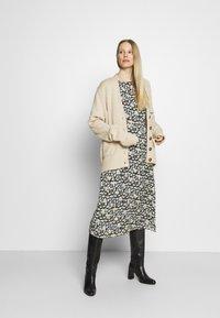 Marc O'Polo - DRESS FEMININE STYLE - Denní šaty - multi - 1