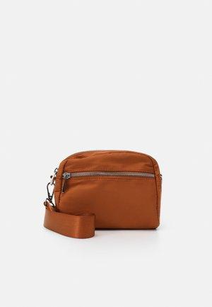 BAG HELLE - Taška spříčným popruhem - light brown