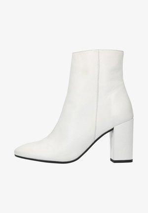 MIT ABSATZ - High heeled ankle boots - white