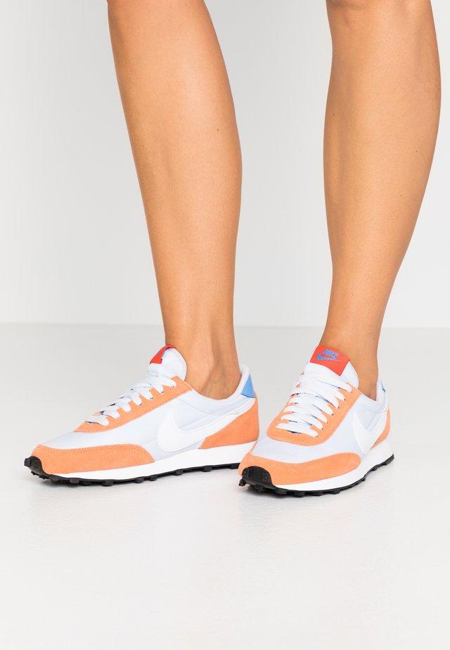 DAYBREAK - Sneaker low - football grey/white/orange trance/team orange/university blue/black