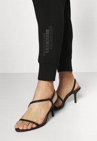 Guess - HUDA PANTS - Trousers - jet black - 3
