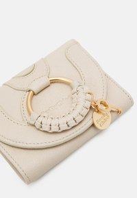 See by Chloé - Hana small wallet - Peněženka - cement beige - 3