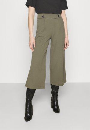 JDYGEGGO NEW ANCLE PANTS - Pantalones - kalamata/black